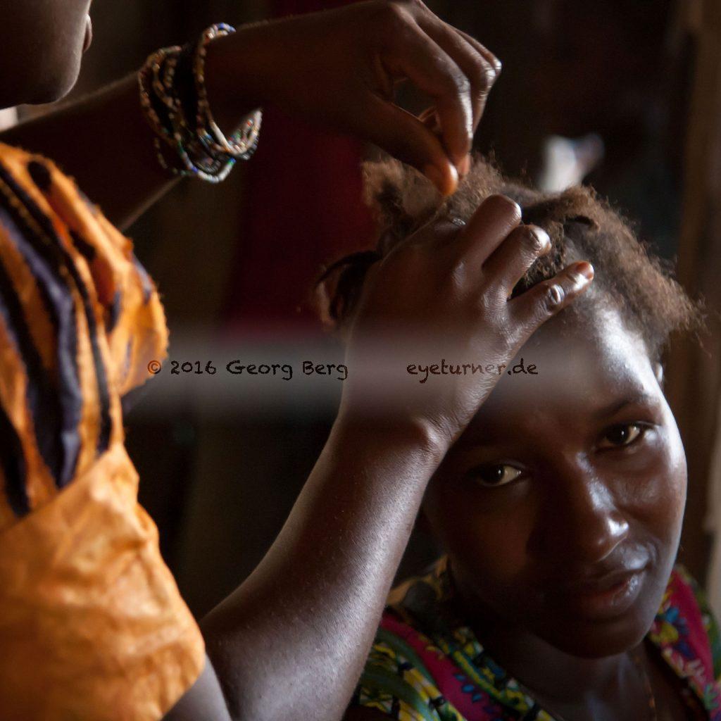 DE_9954Hairstyling auf dem Markt in Sierra Leone