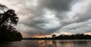 Tropische Regenwolken