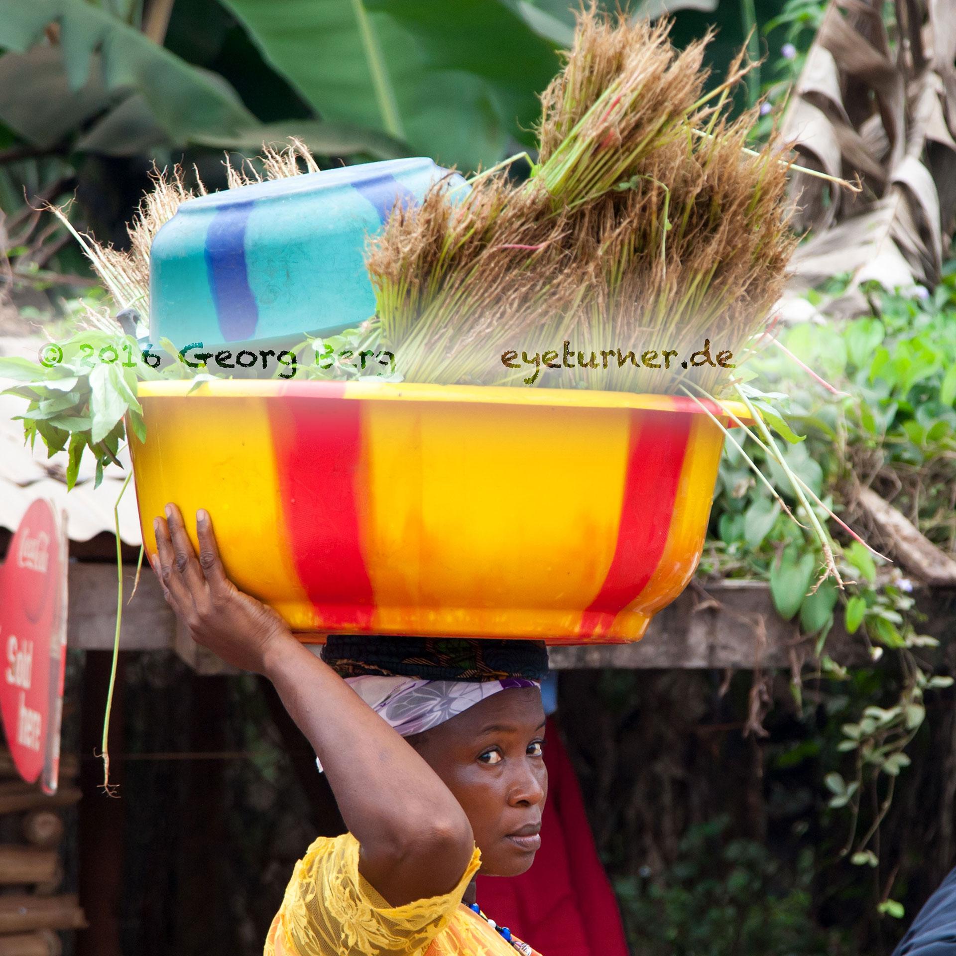 Seitenblick einer Frau aus Sierra Leone