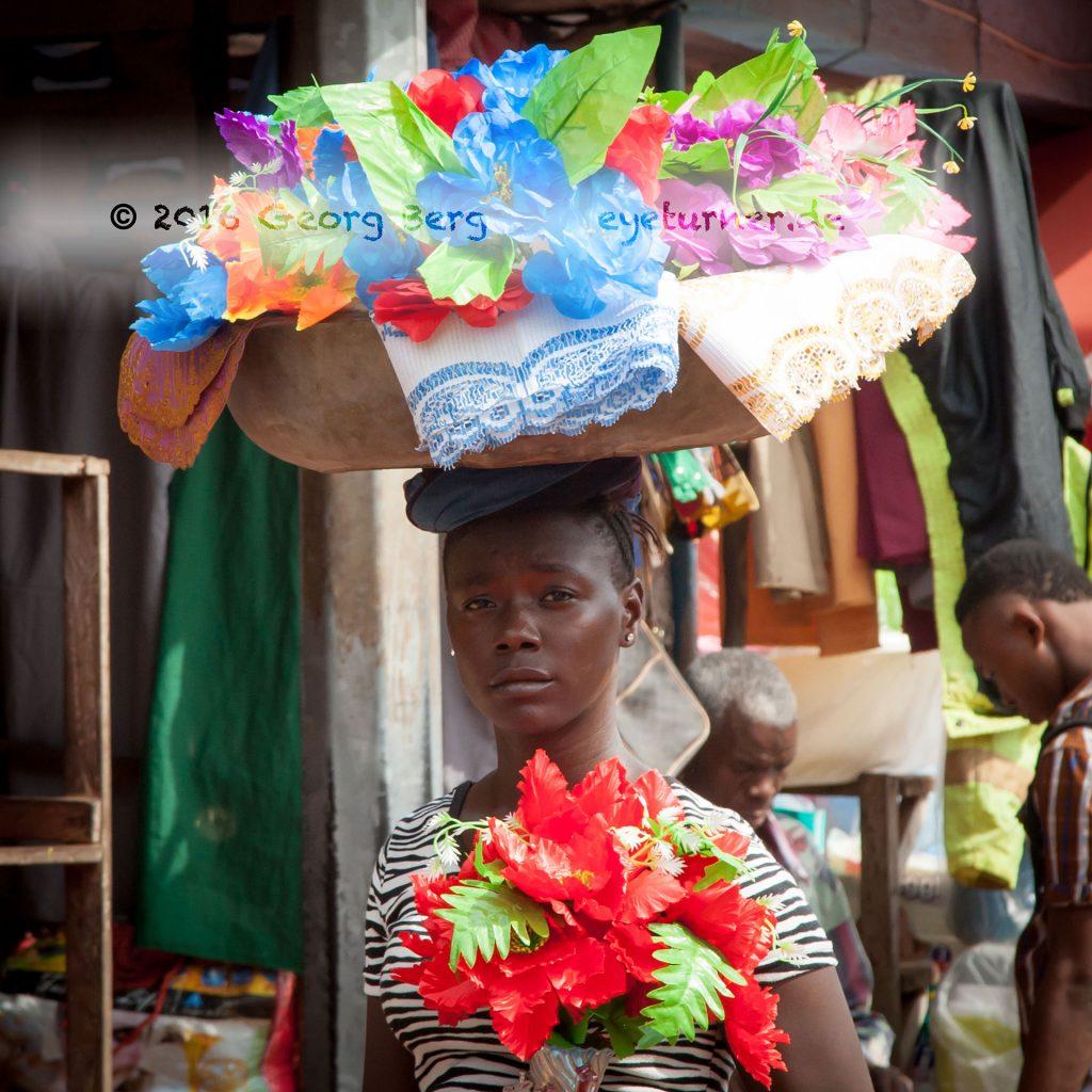 Ein Bäckerjunge in Sierra Leone trägt Brot auf dem Kopf